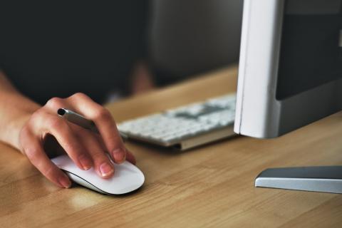 convenio electrónico man de muller cun ordenador