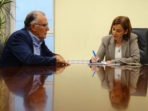 reunión entre o presidente da fegamp e a directora de augas de galicia