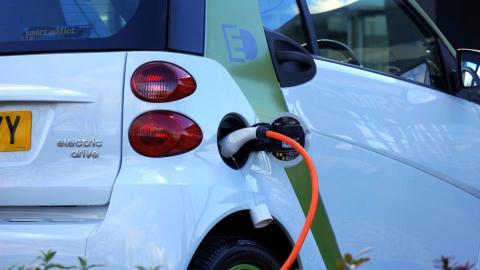 imaxe dun coche eléctrico mentres carga